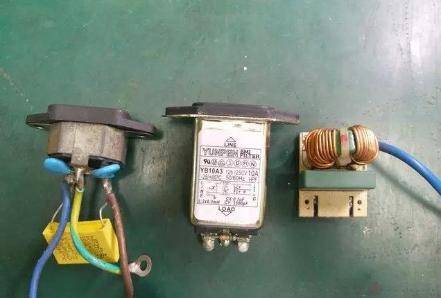 以往在采购计算机配件时,电源是最容易被忽视的组件之一,不过其各路电压输出规格、电压稳定性、发生异常时的保护性却有相当重要的地位,因为主机内所有配件的所需电力均需由电源供应器供应,同时随着各硬件于不同状态下的耗电量去调节输出负载,又要兼顾长时间操作及全载输出的稳定性,而电源发生故障时或是负载产生异常,保护系统须立即介入,以避免过电压/电流造成装置损坏;对于全球能源吃紧,新款电源供应器除了上述特性外,也开始讲求提高转换效率,例如80PLUS就是代表电源供应器通过高效率认证的标章之一。
