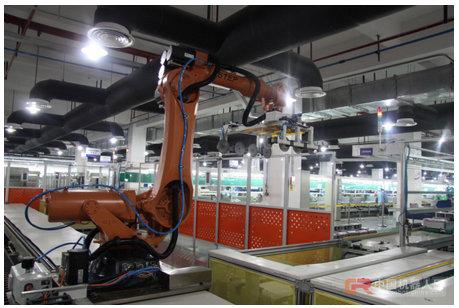 新时达工厂使用自有品牌机器人用于电气控制柜下料