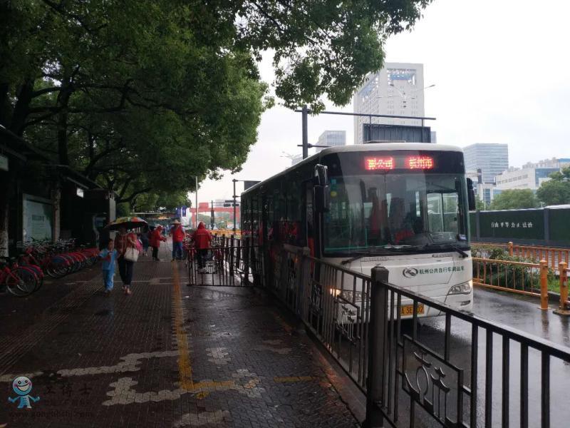 将公共自行车搬运到租车点